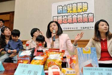 Restrict junk-food ads, legislators say - Taipei Times