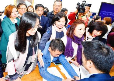 Legislators delay labor draft's review - Taipei Times