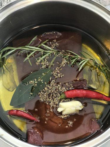 鍋の中にある調理される前のツナとハーブ