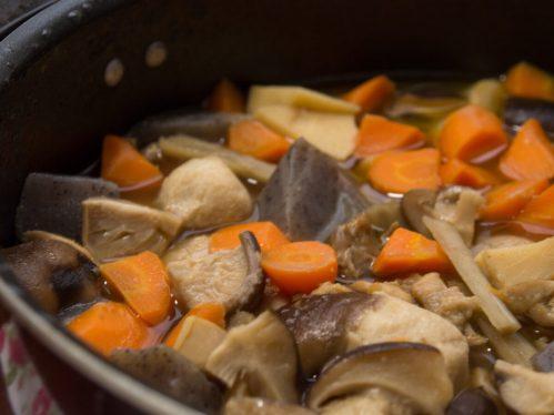 鍋で煮詰められる根菜