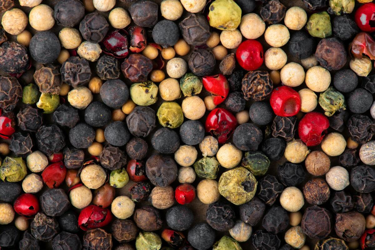 数種類の胡椒が混ざり合った、ミックススパイスのズーム写真
