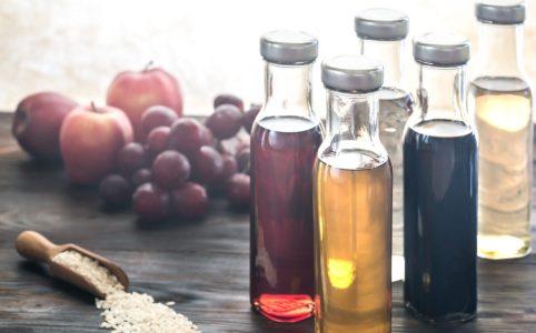 机に置かれた様々な種類のお酢ボトル