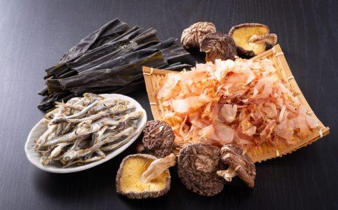 日本の出汁食材/鰹節・煮干し・昆布・乾燥椎茸。