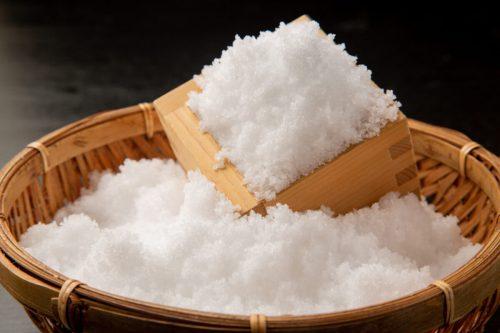 竹ざるとマスに入れられた天然塩