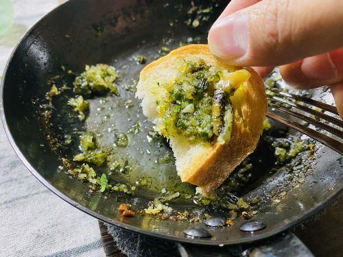 バゲットに残ったオイルを染み込ませる。