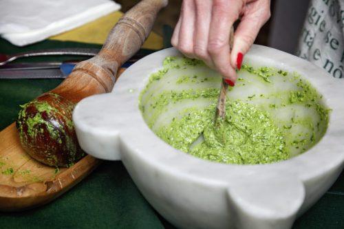 すり鉢で混ぜられるバジルソース