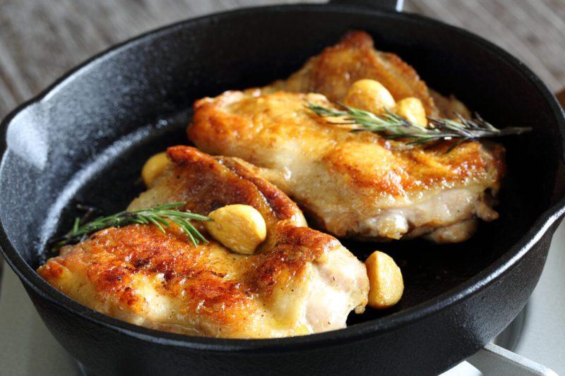 スキレットに入った鶏モモ肉のステーキ