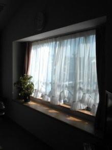 リビング出窓のスカラップカーテン