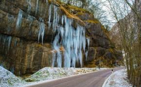 strada-con-cascata-di-ghiaccio