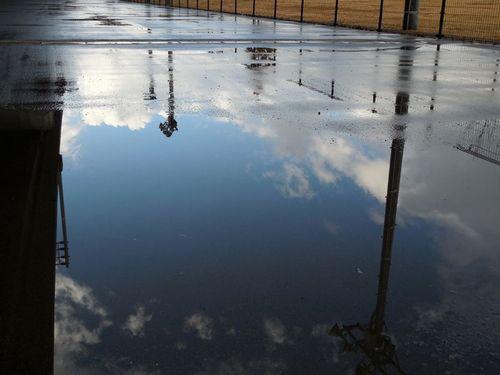 水溜りの向こう側の晴間に