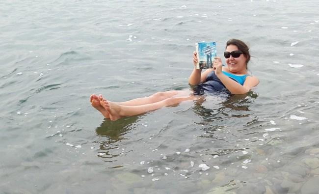 En man som heter Ove. Het boek speelt zich af in Zweden maar je kan het dus ook in de Dode Zee lezen.