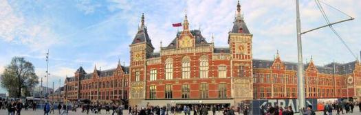 สถานีรถไฟกรุงอัมสเตอร์ดัม ก่อสร้างบนเกาะเทียมในรูปแบบสถาปัตยกรรมนีโอโกธิค แล้วเสร็จในปี 1889 (fodors)