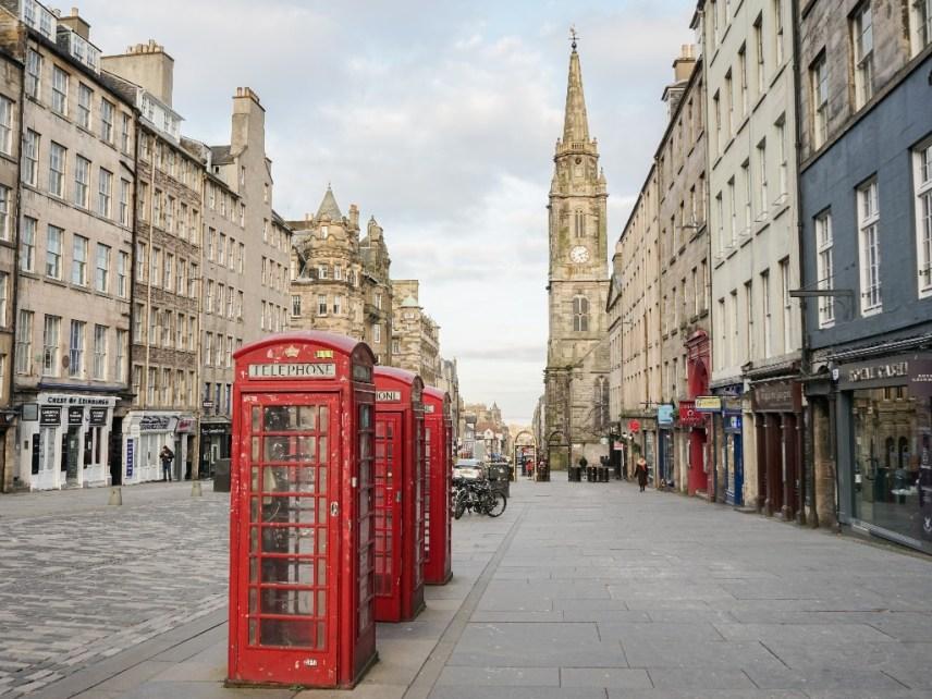 ロイヤル・マイルにある赤い電話ボックス