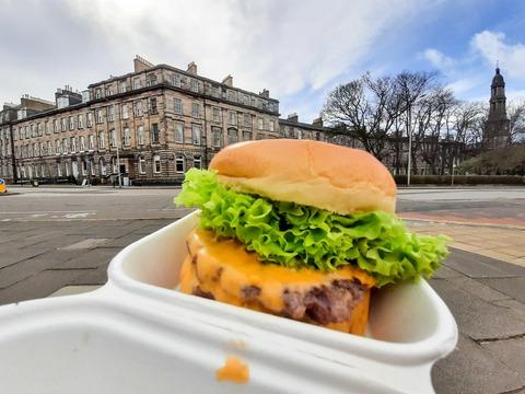 歴史あるお肉屋さんのトリプルチーズバーガー & お花見の日 〜 Crombies of Edinburgh