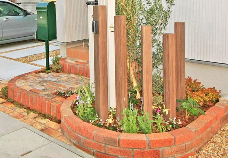 角柱と植栽を組み合わせたレンガの花壇