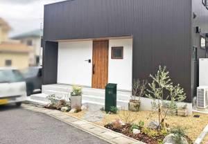 シンプルな玄関ポーチ、印象的なポストと植栽のエクステリア 草津市