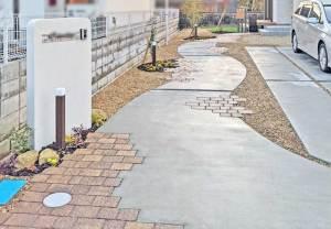 モザイクタイルの門柱、ナチュラル&シンプルなアプローチ 草津市