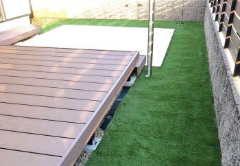 人工芝、ウッドデッキ、タイルテラスのあるお庭