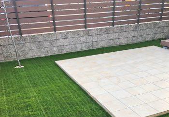 タイルテラスと人工芝