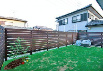 目隠しフェンスのある芝生のお庭