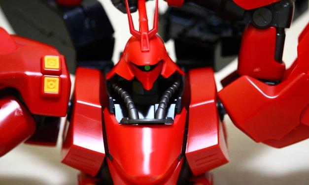 La maquette Gundam d'un MSN-04 Sazabi qui se construit toute seule