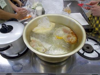 できあがったポリ袋からお湯で煮ていきます
