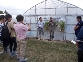 本学卒業生の山元君(岡田ゼミ)も花の研修中でした