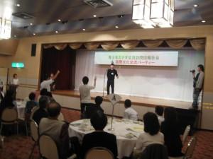 恒例の外国語じゃんけんゲーム。本学からは中国の留学生が中国流じゃんけんを披露しました。
