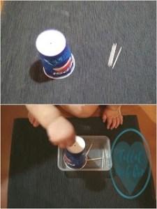 Vaso de cartón con agujeros en su base y unos palillos al lado. Imagen inferior con bebé introduciendo objetos (palillos) por esos agujeros.