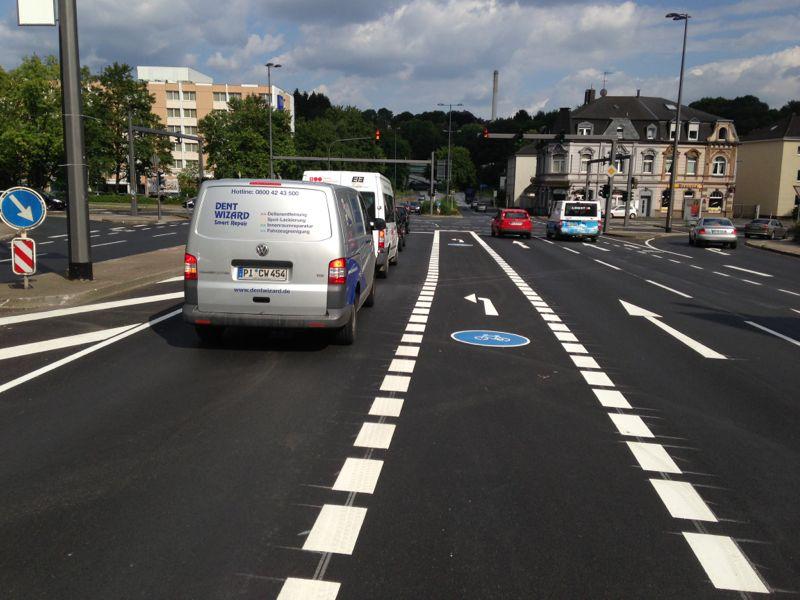 Sehr komfortabel: Der Linksabbieger-Radweg auf der Düsseldorfer Straße wird nach der Ampel weitergeführt.