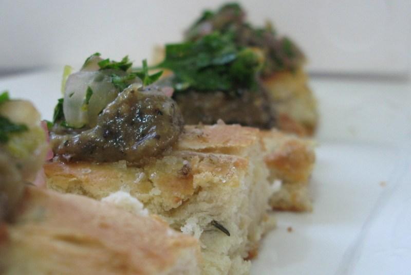 פוקצ'ה עם קרם חצילים וסלסת בצל