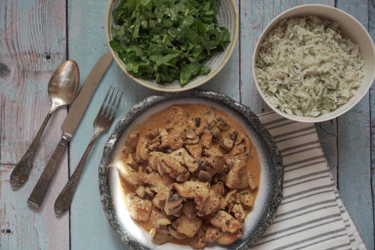 עוף בשמנת ופטריות עם אורז בפיסטוקים