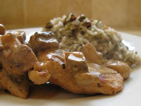 חזה עוף עם שמנת ופטריות עם אורז ופיסטוקים