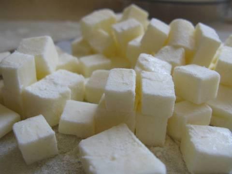 מקמחים את החמאה לחיתוך ועבודה קלה יותר