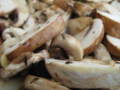 מוסיפים את הפטריות