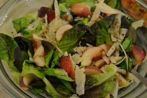 סלט ירוק עם אפרסקים ופקורינו