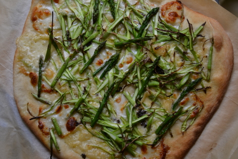 פיצה עם אספרגוס וגבינות