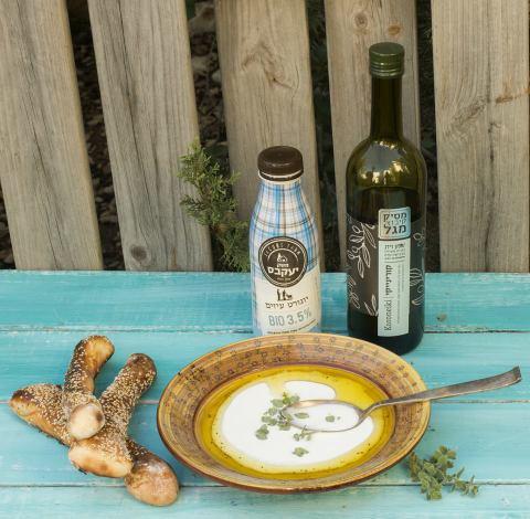 ביגלה ירושלמי עם מרק של יוגורט ושמן זית