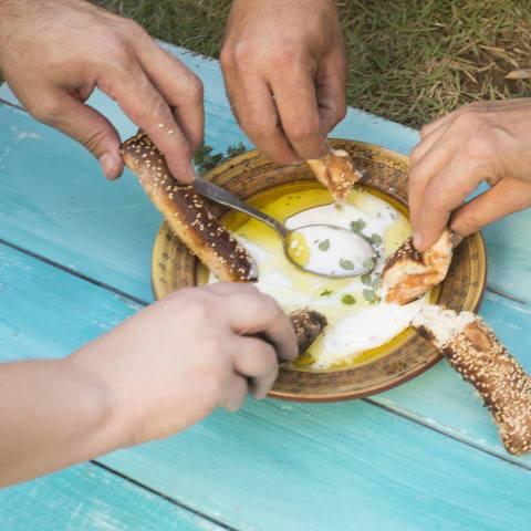 בייגלה ירושלמי עם מרק של שמן זית ויוגורט