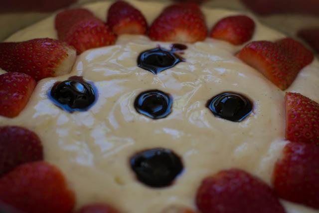 עוגת ריקוטה ותותים לפני האפיה