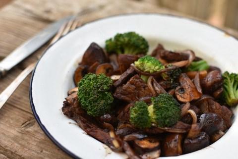 סינטה צרובה עם ירקות – ארוחת צהרים מהירה וטעימה