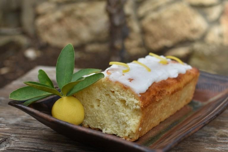 עוגת לימון בחושה עם ציפוי סוכר לימוני שמתפוצץ בפה