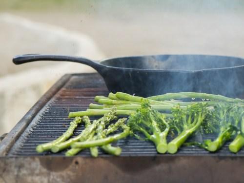 ירקות ירוקים צלויים על גריל פחמים