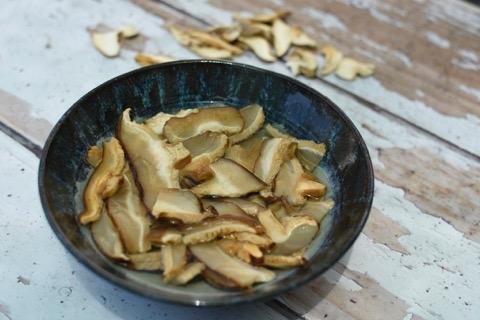 מכינים את הפטריות המיובשות