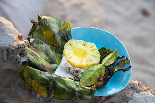 פילה לברק עם אננס בתוך עלה בננה