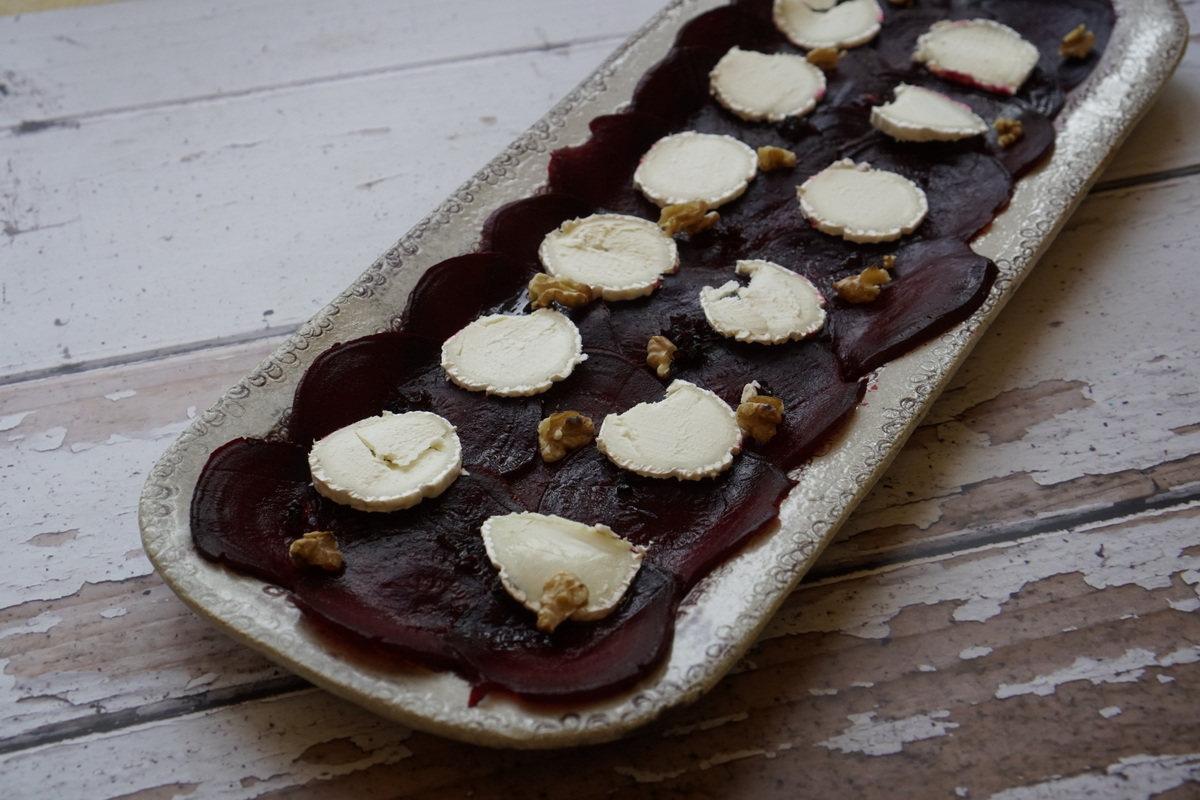 הצעת הגשה - קרפצ'יו סלק עם גבינת סט מור וריבת גזר והל וגם בוראטה עם משמשים צלויים ועוד הפתעה.