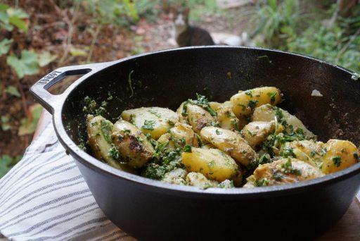 תפוחי אדמה מעוכים עם קונפי שום ופסטו ארגולה