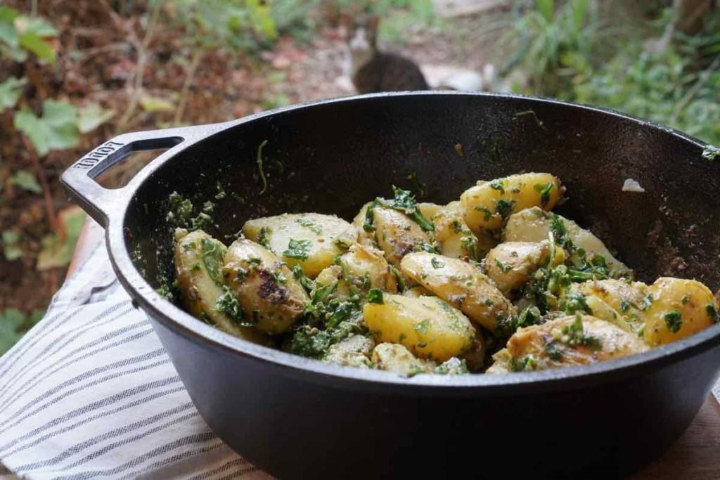 סלט תפוחי אדמה מעוכים עם פסטו ארגולה