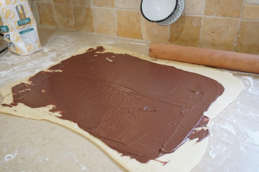 כדורי בצק שמרים במילוי שוקולד
