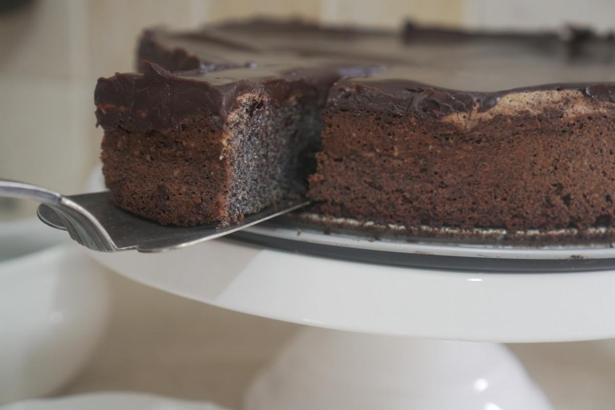 עוגת פרג עסיסית עם ציפוי גנאש שוקולד